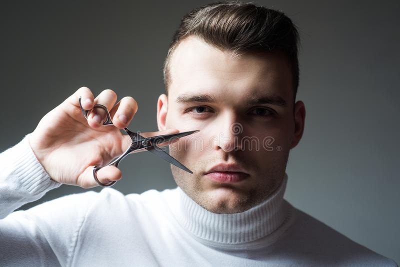 Cr?ez votre style Cheveux s?rs machos de coupe de coiffeur Concept de service de raseur-coiffeur ?quipement professionnel de coif photo libre de droits