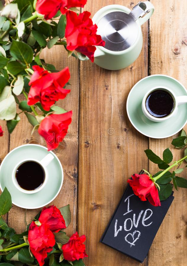 Cr?pes avec le caviar et le beurre, un bouquet des tulipes fra?ches et un fond en bois Nourriture russe traditionnelle pour le ca photographie stock libre de droits