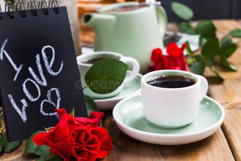 Cr?pes avec le caviar et le beurre, un bouquet des tulipes fra?ches et un fond en bois Nourriture russe traditionnelle pour le ca photo stock