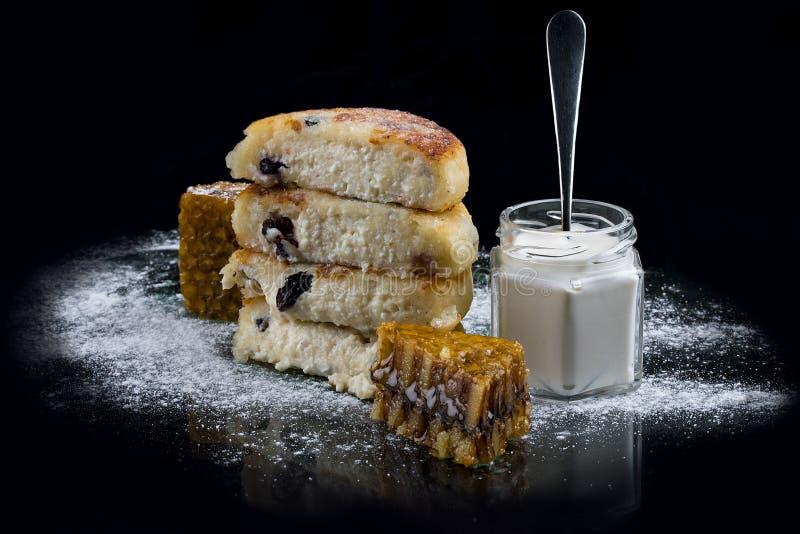 Cr?pes de fromage avec raisins secs photos libres de droits