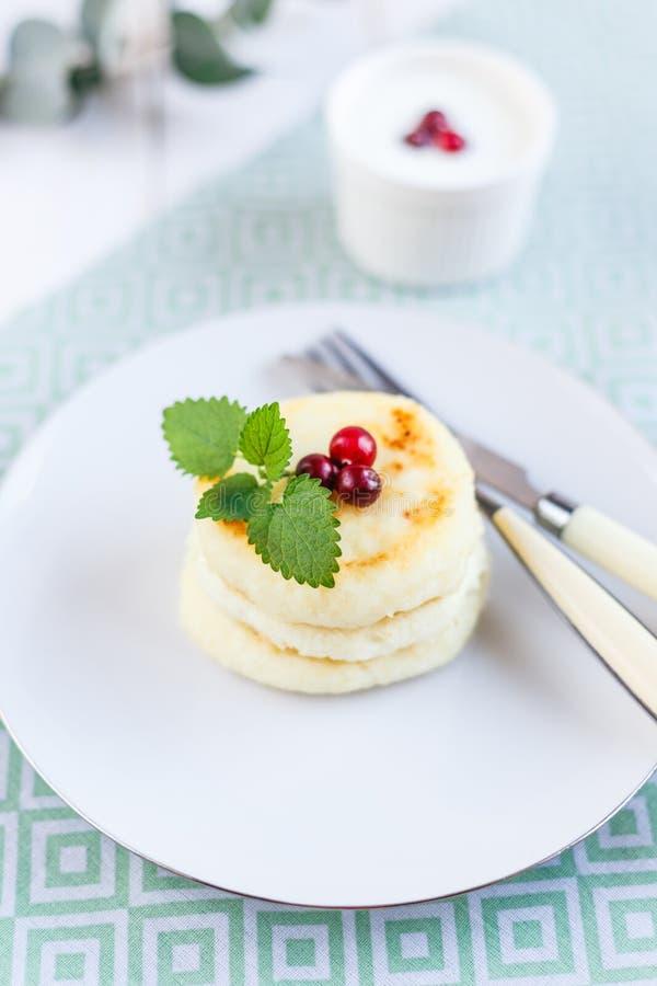 Cr?pes faites maison de fromage d'un plat blanc image stock