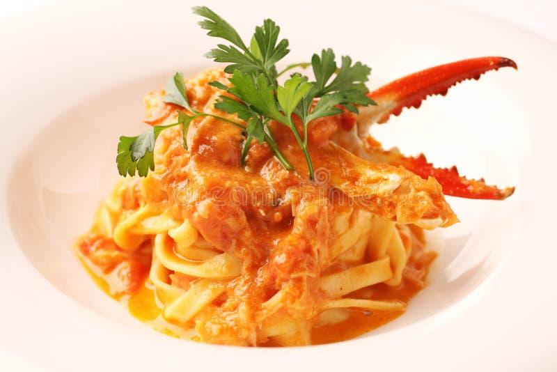 Crab макаронные изделия лапши когтя с травами соуса и тимона на белом блюде стоковые фото