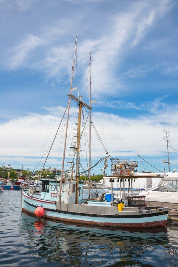 Crab o barco amarrado no terminal do ` s dos pescadores vertical fotos de stock royalty free