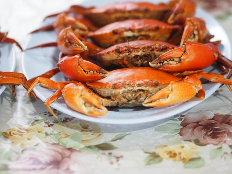 Crabe cuit ? la vapeur du plat bleu photographie stock libre de droits
