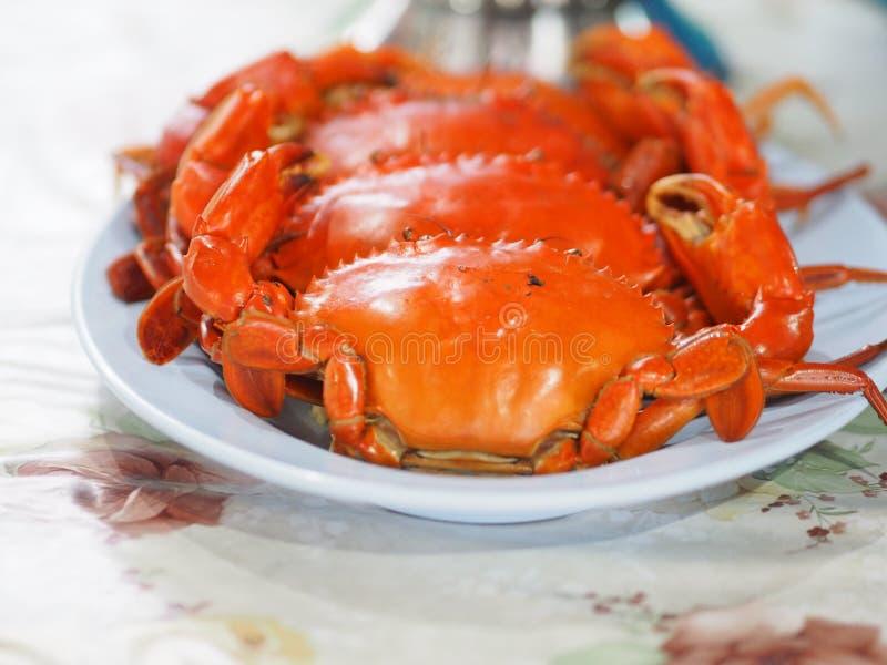 Crabe cuit ? la vapeur du plat bleu photos stock
