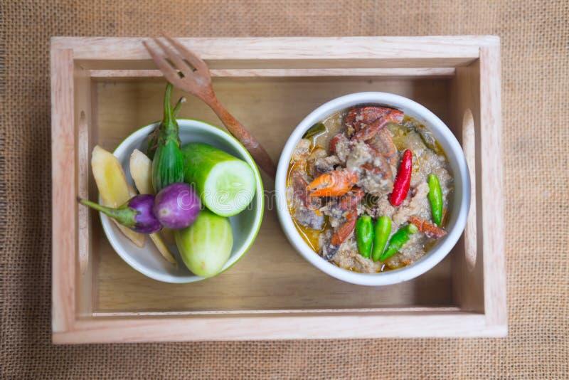 Crabe mou bouilli en lait de noix de coco avec les légumes frais photographie stock libre de droits