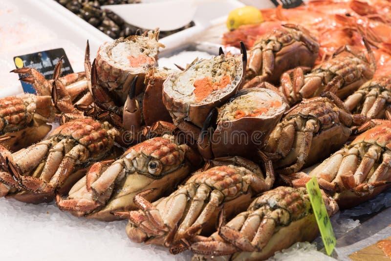 Crabes et crabes divisés en deux dans l'affichage image stock