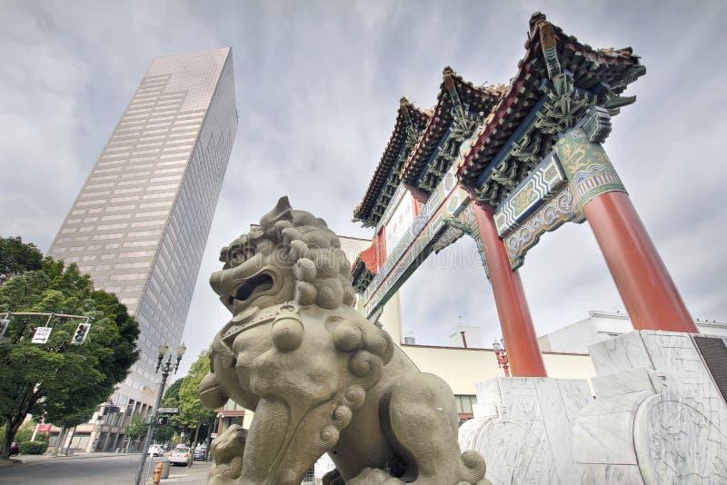 Crabot chinois de Foo à l'entrée de porte de Chinatown photos stock