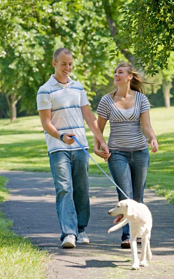 Crabot de marche de jeunes couples photographie stock libre de droits