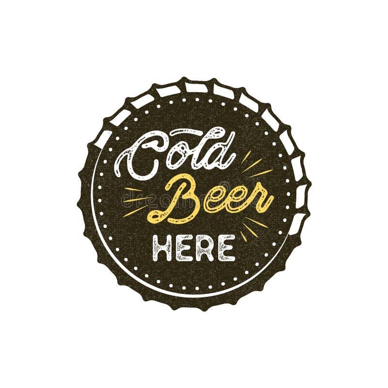 Crachá da cerveja do estilo do vintage Projeto monocromático do selo da tinta A cerveja fria aqui assina Efeito da tipografia par ilustração stock