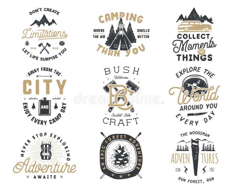 Crachá do curso do vintage e grupo tirados mão do emblema Caminhando etiquetas Logotipos inspirados da aventura exterior Tipograf ilustração stock