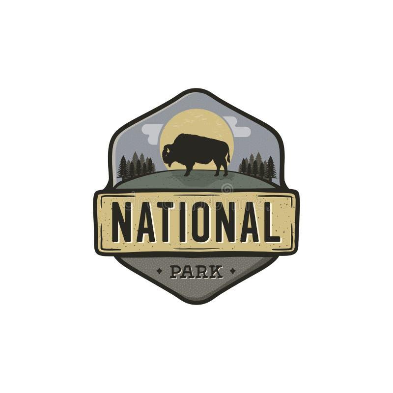 Crachá do vintage do parque nacional Etiqueta do explorador da montanha Projeto exterior do logotipo da aventura com bisonte Curs ilustração stock