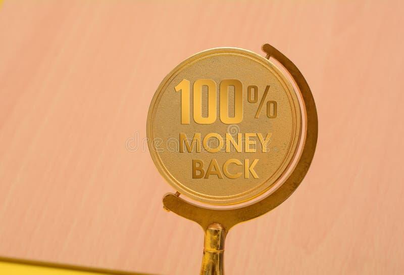 crachá dourado do selo da parte traseira do dinheiro de 100 por cento foto de stock