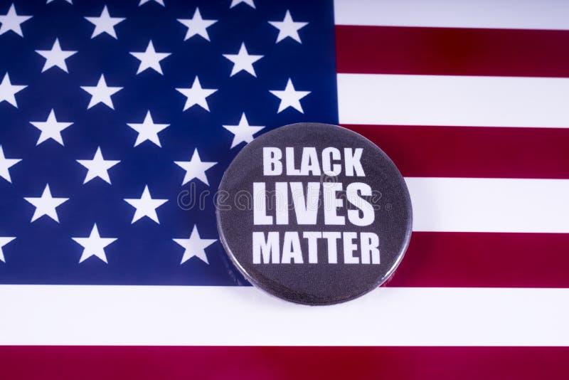 Crachá preto da matéria das vidas sobre a bandeira dos EUA imagem de stock