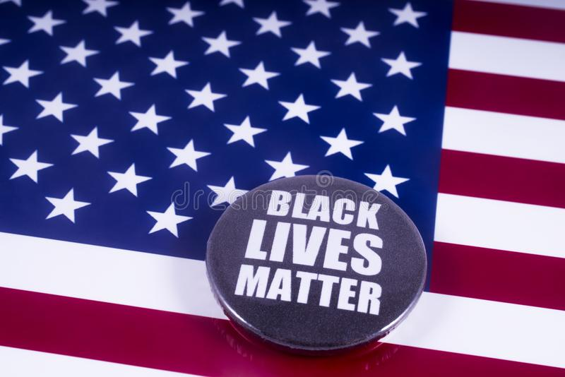 Crachá preto da matéria das vidas sobre a bandeira dos EUA fotos de stock royalty free