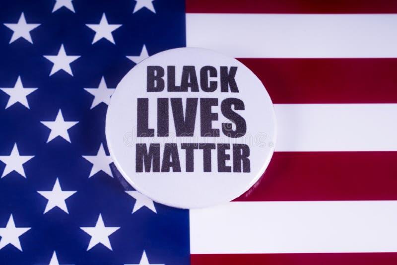 Crachá preto da matéria das vidas sobre a bandeira dos EUA imagens de stock royalty free