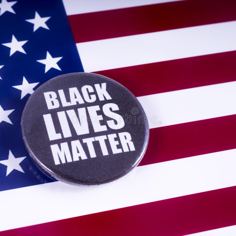 Crachá preto da matéria das vidas sobre a bandeira dos EUA fotos de stock