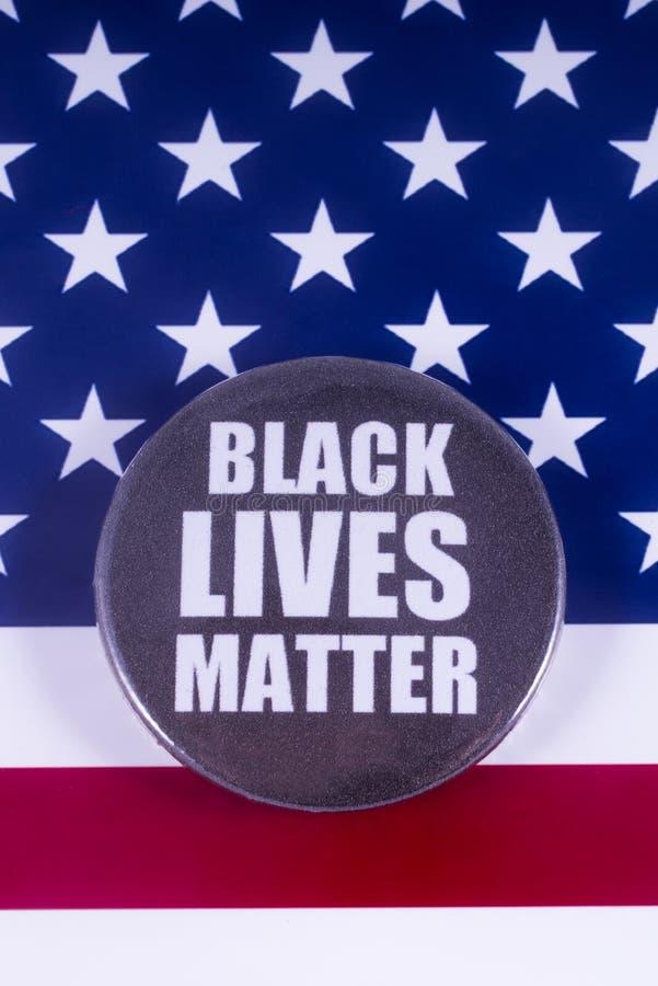 Crachá preto da matéria das vidas sobre a bandeira dos EUA foto de stock royalty free