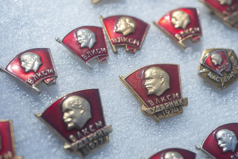 Crachás de Komsomol do soviete no mercado de rua imagens de stock royalty free