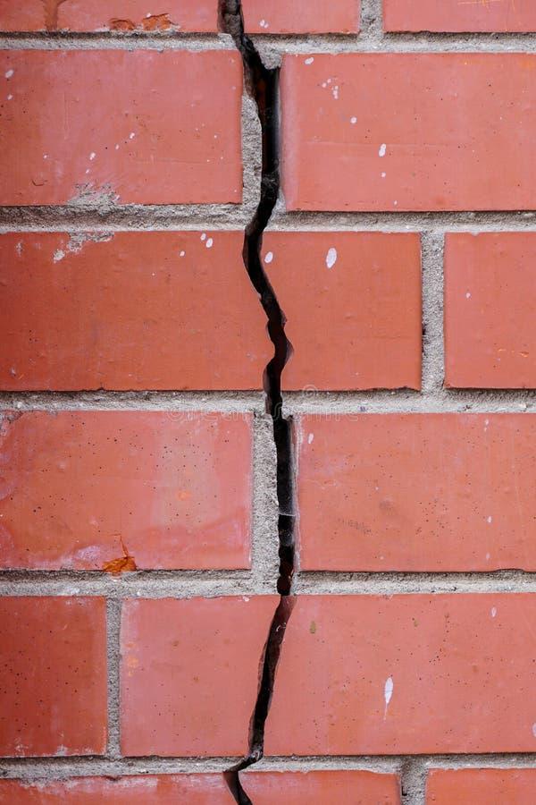 Crack dans le mur de briques, signes de déformation du bâtiment photographie stock libre de droits