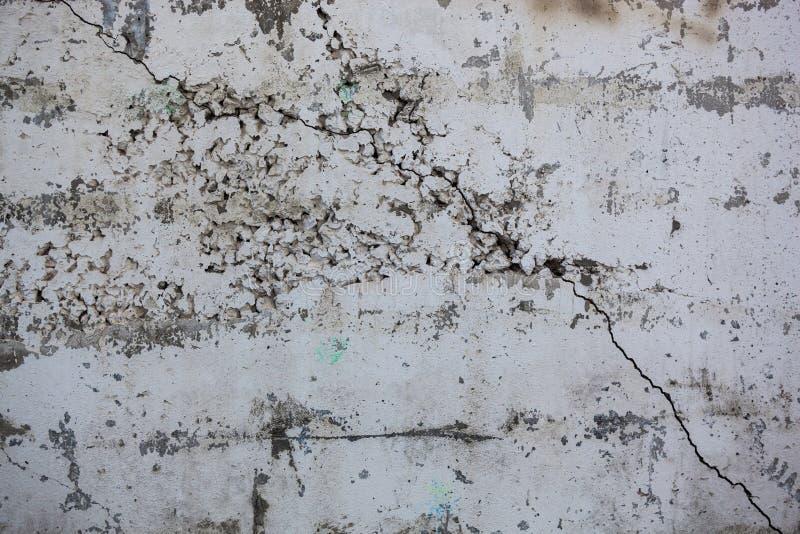 Cracked побелил стену с богатой и различной текстурой стоковое фото rf