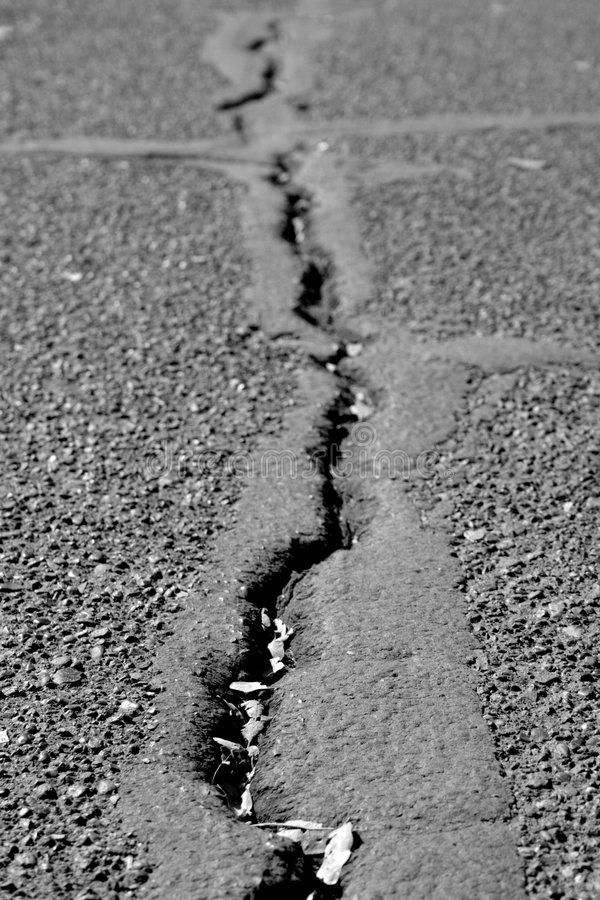cracked asfalt royaltyfri bild