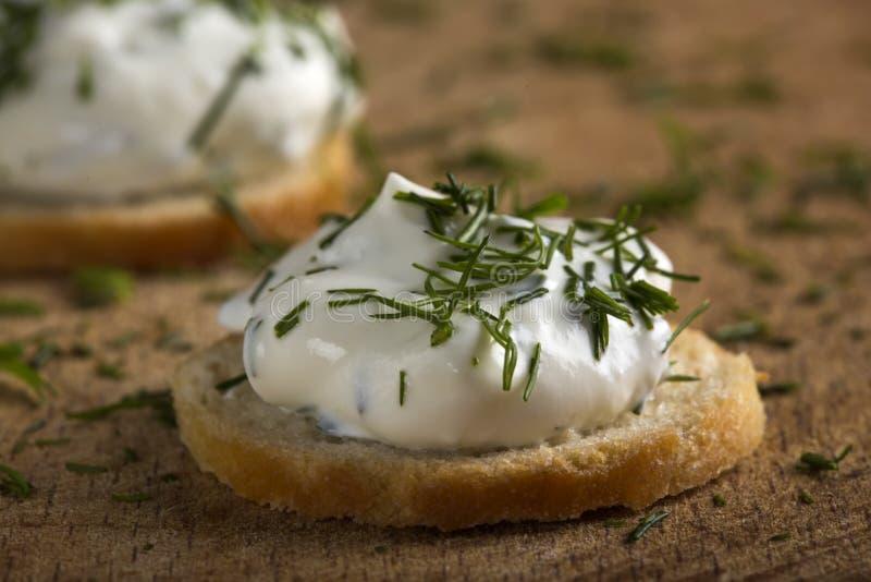 Cracker con formaggio cremoso fotografia stock
