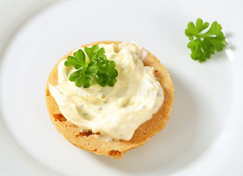 Cracker con formaggio da spalmare fotografia stock libera da diritti