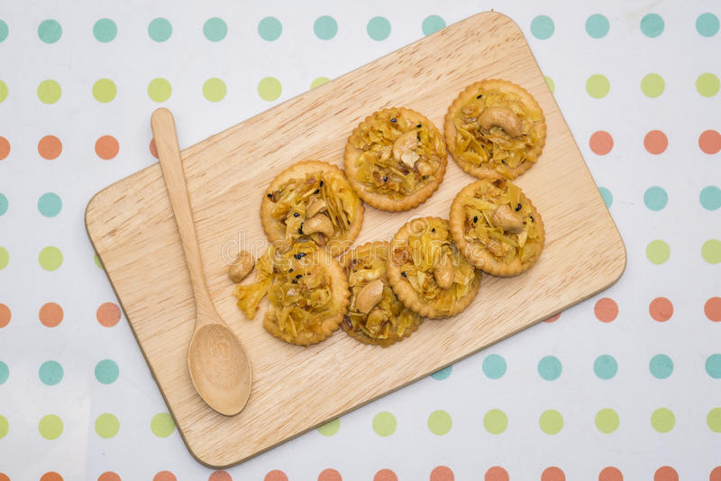 Cracker con il durian di appoggio fotografie stock