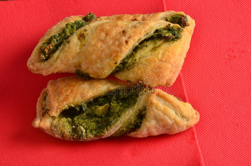 Download Cracker Con L'insalata Di Tonno Sul Piatto Di Legno Immagine Stock - Immagine di cracker, alimento: 115657903