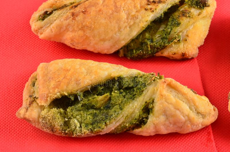 Download Cracker Con L'insalata Di Tonno Sul Piatto Di Legno Fotografia Stock - Immagine di dieta, canape: 115658428