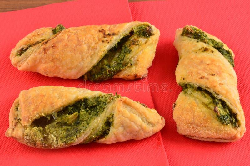 Download Cracker Con L'insalata Di Tonno Sul Piatto Di Legno Fotografia Stock - Immagine di misura, antipasto: 115658654