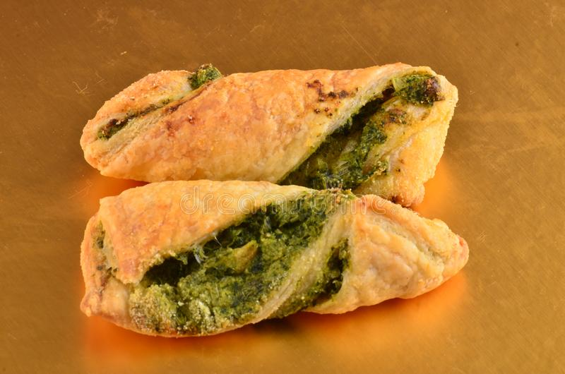 Download Cracker Con L'insalata Di Tonno Sul Piatto Di Legno Immagine Stock - Immagine di chips, tuffo: 115659177