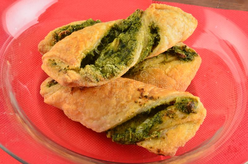 Download Cracker Con L'insalata Di Tonno Sul Piatto Di Legno Immagine Stock - Immagine di coltivatore, closeup: 115660129