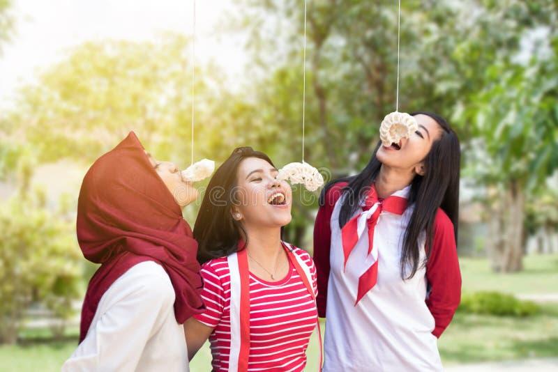 Cracker dell'Indonesia che mangiano concorrenza sulla festa dell'indipendenza fotografia stock libera da diritti