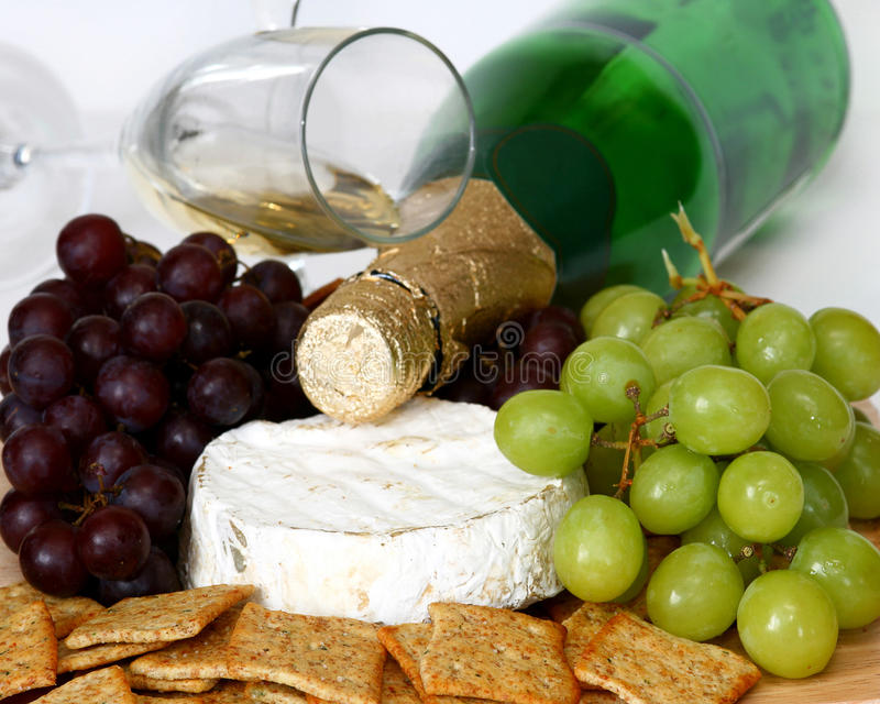 Cracker, formaggio, uva e vino fotografia stock libera da diritti