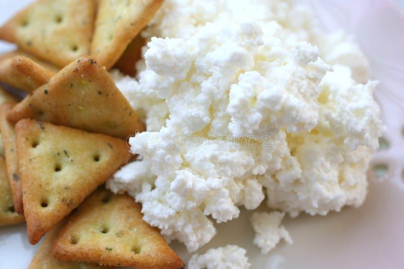 Cracker mit Hüttenkäse stockbilder