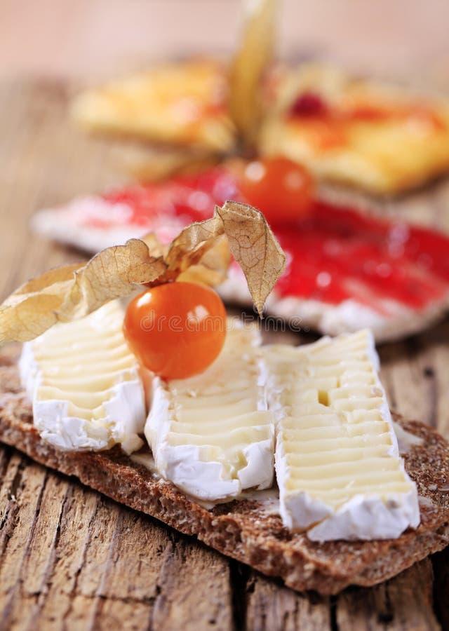 Cracker mit Käse und Störung stockbild
