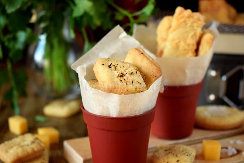 Cracker mit Salz und Gewürzen stockbilder