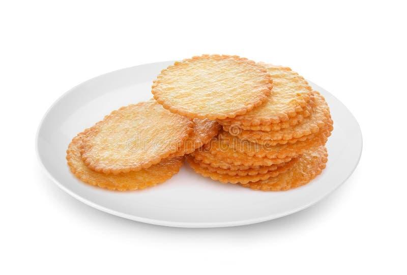 Cracker in plaat op witte achtergrond wordt geïsoleerd die royalty-vrije stock afbeeldingen