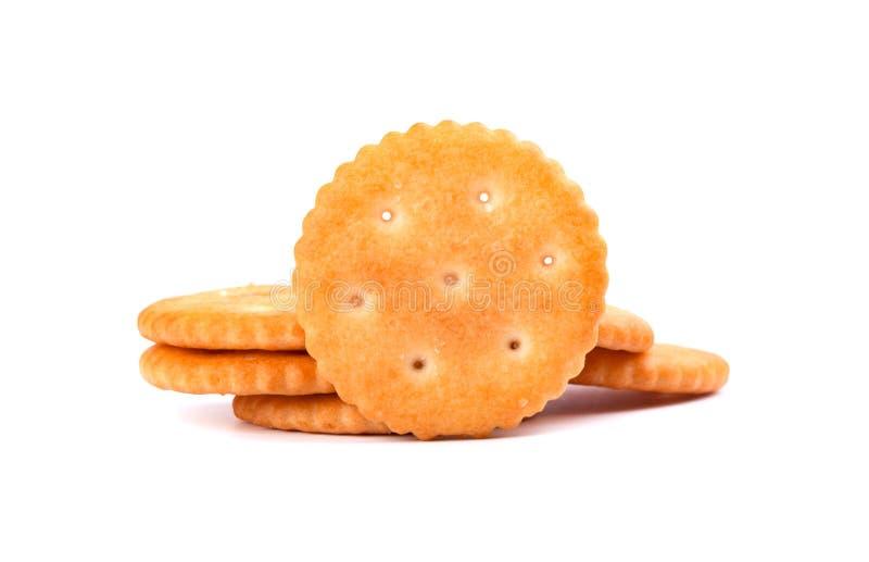 Cracker rotondo della pila isolato su fondo bianco Biscotti asciutti del cracker isolati Saltines isolati immagini stock