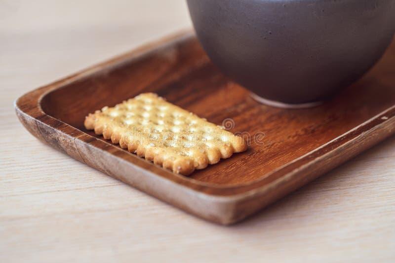 Cracker salato a secco su un vassoio di legno Fine in su immagine stock