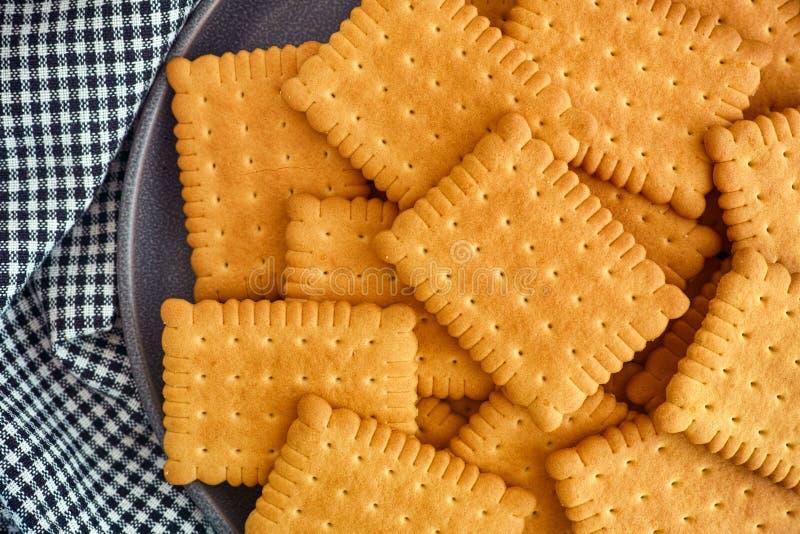 cracker senza glutine in una piastra fotografia stock