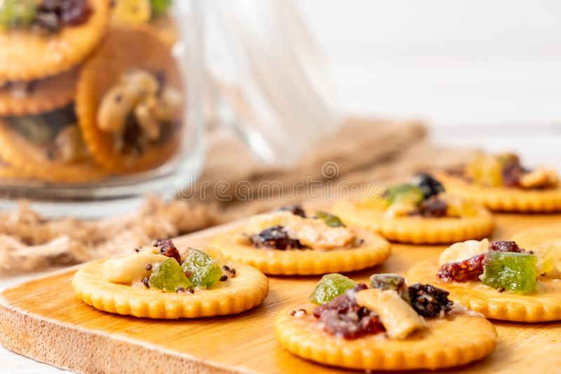 Crackerkeks mit Trockenfrüchten lizenzfreies stockfoto