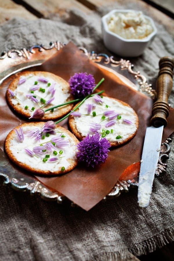 Crackers met bieslook royalty-vrije stock foto