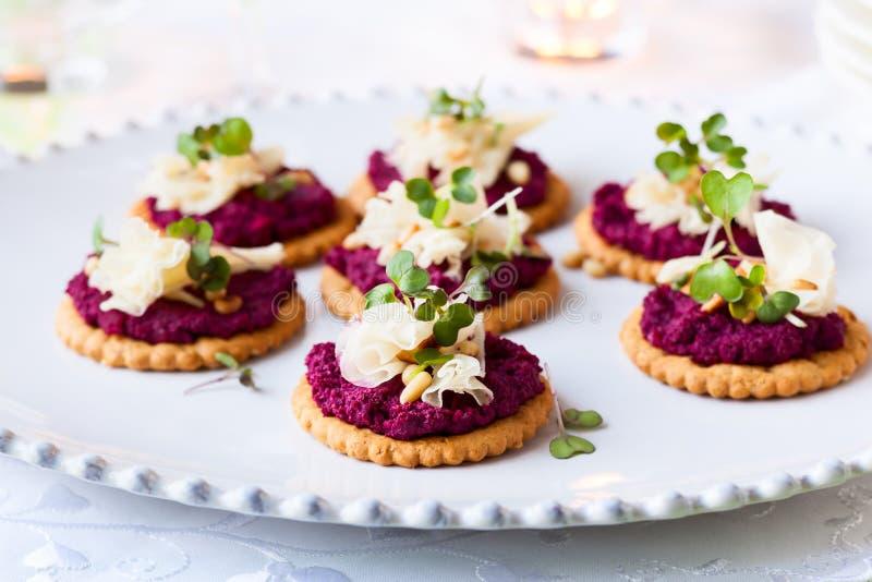 Crackers met bietenpesto en kaas stock foto
