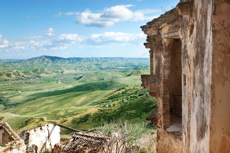 Craco - cidade fantasma e campos verdes da região Basilicata, Itália imagens de stock