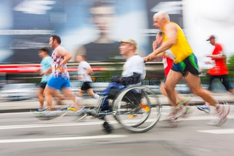 Cracovia-Marathon Läufer auf den Stadtstraßen lizenzfreie stockbilder