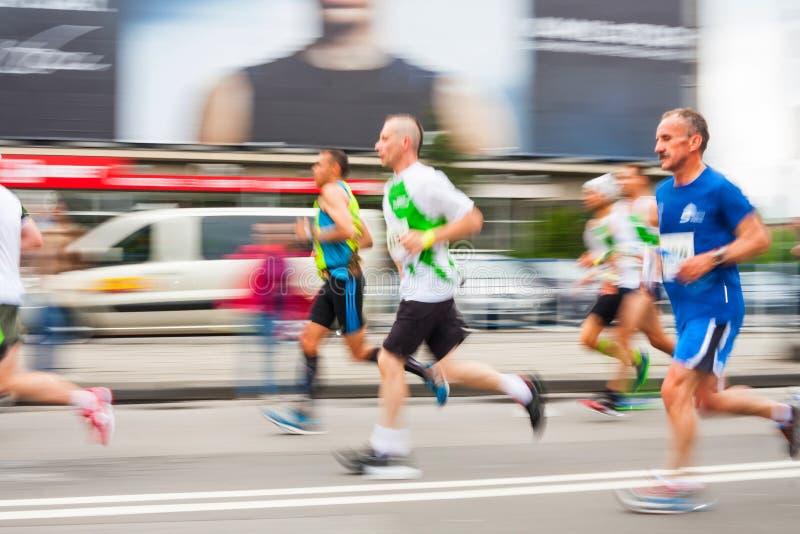 Cracovia-Marathon Läufer auf den Stadtstraßen am 18. Mai 2014 in Krakau, POLEN lizenzfreie stockfotografie