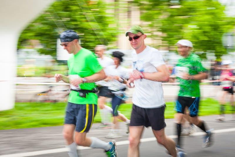 Cracovia-Marathon Läufer auf den Stadtstraßen am 18. Mai 2014 in Krakau, POLEN stockfotografie